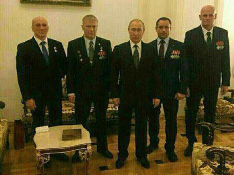 """V decembri 2016 bol Dmitrij Utkin fotografovaný s ruským prezidentom Vladimirom Putinom na recepcii v Kremli, ktorá bola venovaná vysoko vyznamenaným vojakom, spolu Alexandrom Kuznecsovom, Andreyom Bogatovom a Andrejom Troševom. Kuznecov bol údajne veliteľom prvej prieskumnej a útočnej spoločnosti Wagner, Bogatov bol veliteľom štvrtej prieskumnej a útočnej spoločnosti a Trošev slúžil ako """"výkonný riaditeľ spoločnosti"""". Niekoľko dní potom hovorca Kremľa potvrdil prítomnosť Dmitrija Utkina na recepcii, ktorá bola organizovaná pre tých, ktorým bol udelený Rád odvahy a titul Hrdina Ruskej federácie."""